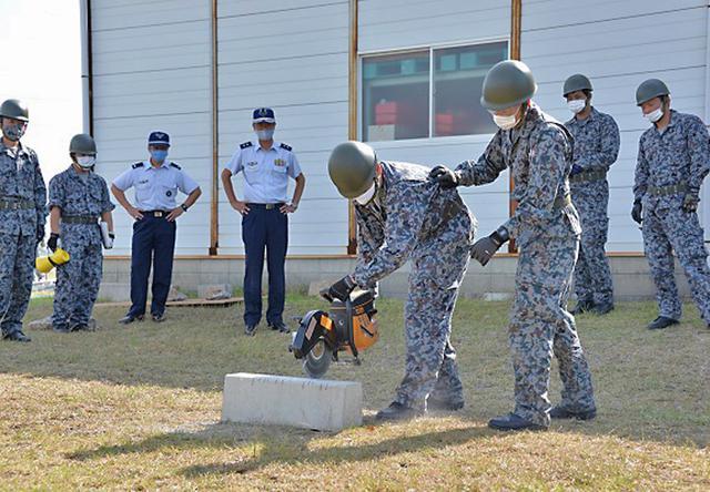 画像1: 防災訓練で人命救助・野外炊飯など演練 空自芦屋基地