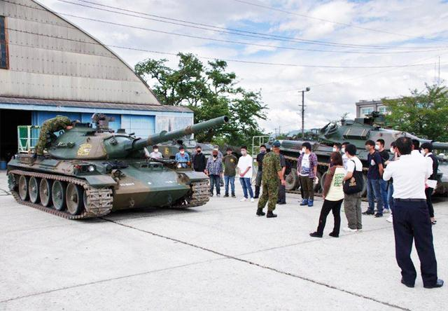 画像3: 若者が今津駐屯地で74式戦車試乗|岐阜地本