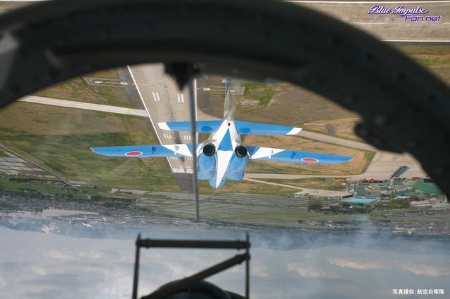 画像: 《4番機後席からの背面飛行の眺め。写真:航空自衛隊》