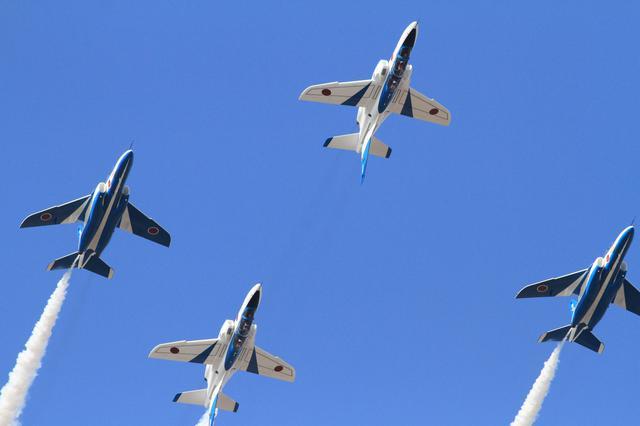 画像: 《ダブルファーベル:イモトアヤコさんが4番機で体験した背面飛行課目。写真はイメージでイモトアヤコさんが実際に登場したときのものではありません》