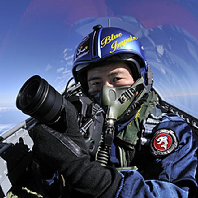 画像: 1966年、岐阜県生まれ。航空自衛隊岐阜基地の近傍で育つ。 小学校高学年の時に写真と出会う。 高等学校卒業後、航空自衛隊に航空学生として入隊。 第7航空団(百里基地)でF-15J戦闘機のパイロットとして勤務の後、カメラマンに転向。 前職の経験を活かし、主として軍用機の撮影を得意分野とし、同乗による空撮も多数手がける。 航空専門誌などに作品を発表する傍ら、各種カレンダーの制作・撮影などを担当、また映画をはじめ動画コンテンツでも航空機の空撮を行っている。 著書「航空自衛隊の翼 60th」(イカロス出版)、「ドッグファイトの科学」「ブルーインパルスの科学」「航空自衛隊『装備』のすべて」(SBクリエイティブ:サイエンス・アイ新書)、「T-4 Blue Impulse」写真集(TIPP) 日本写真家協会(JPS)会員 日本航空写真家協会(JAAP)会員