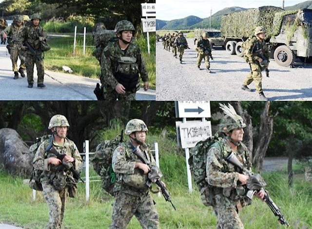画像: 徒歩行進する各部隊