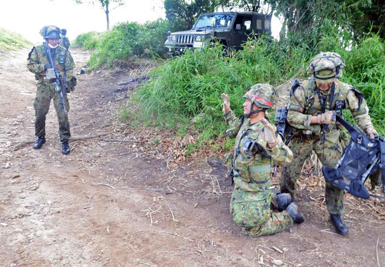 画像: 被拘束者を武装解除する第51普通科連隊