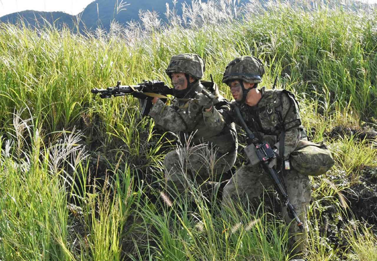 画像: 伏撃に対し応戦する第51普通科連隊