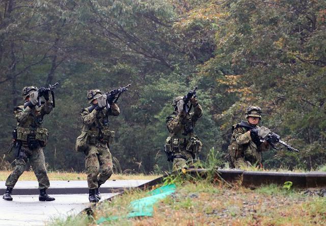 画像1: 市街地での部隊行動を演練