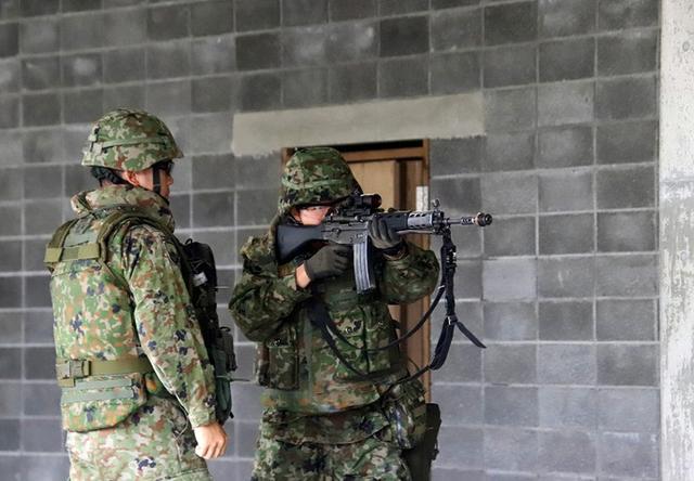 画像4: 市街地での部隊行動を演練