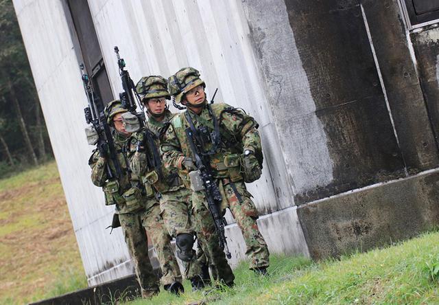 画像2: 市街地での部隊行動を演練
