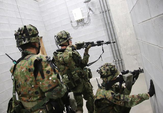 画像3: 市街地での部隊行動を演練
