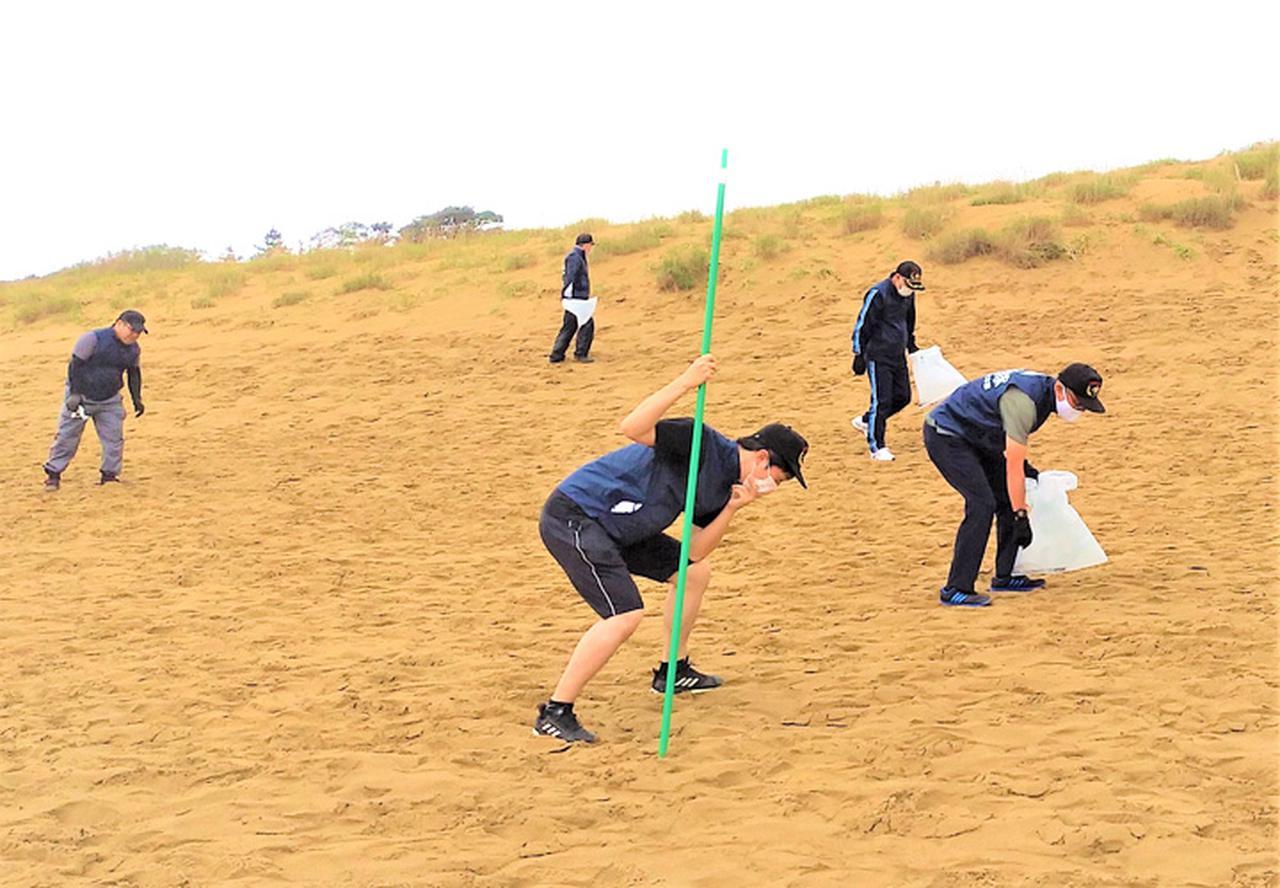 画像: のぼり旗を掲げて鳥取砂丘一斉清掃|鳥取地本