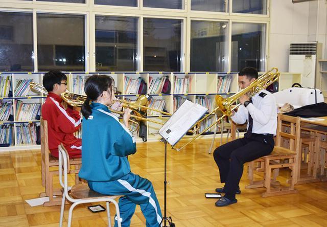 画像4: 陸自5音楽隊が中学吹奏楽部員に技術指導|帯広地本
