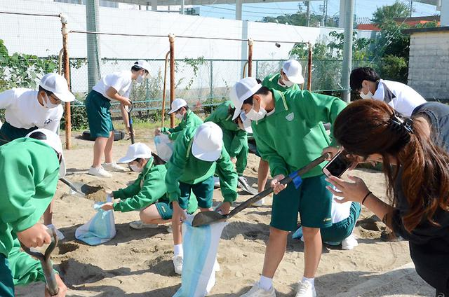 画像: 土のう作り