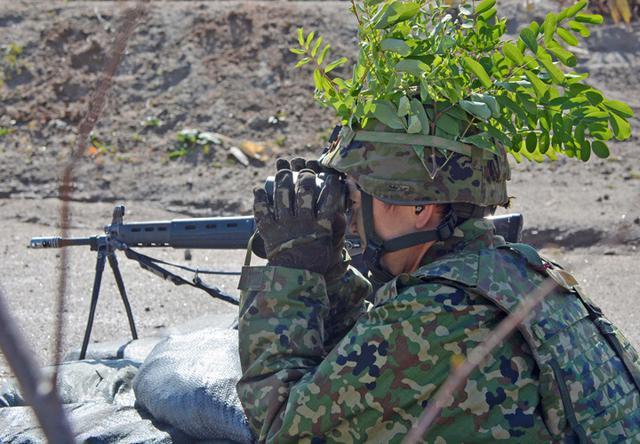 画像: 敵情を監視する小銃小隊長