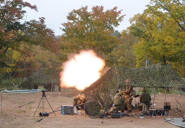画像1: 支援射撃を行う重迫撃砲小隊