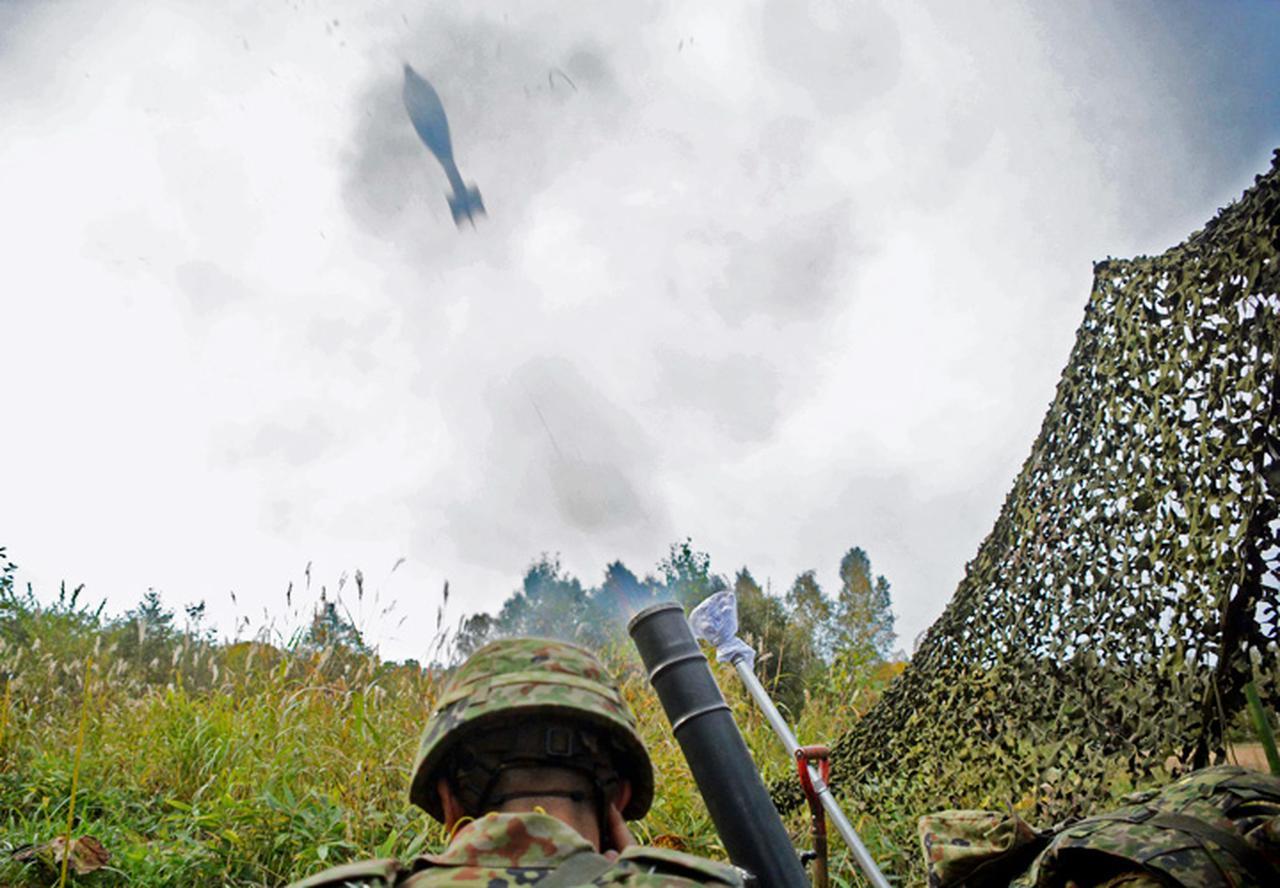 画像: 支援射撃を行う迫撃砲分隊