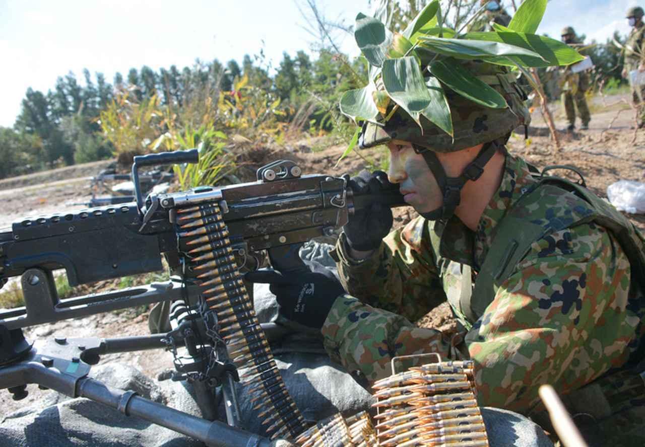 画像: 突撃破砕射撃をする機関銃手