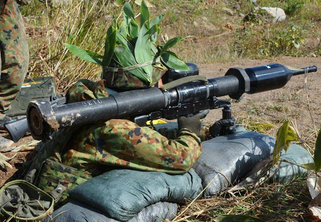 画像: 敵戦車に射撃するLAM手