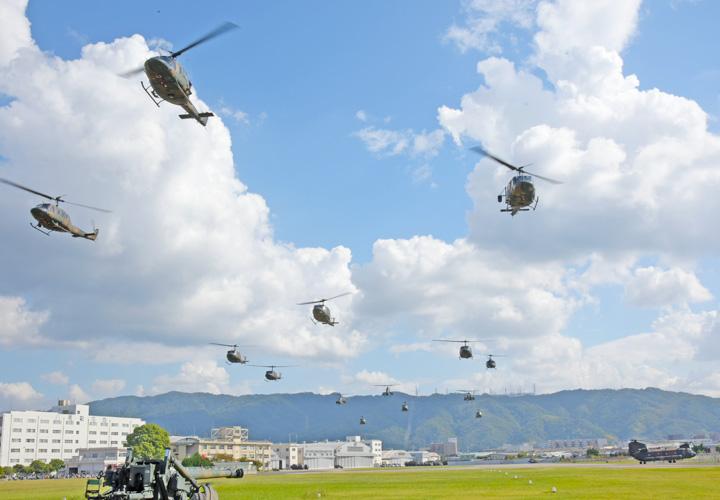 画像: 観閲飛行部隊離陸