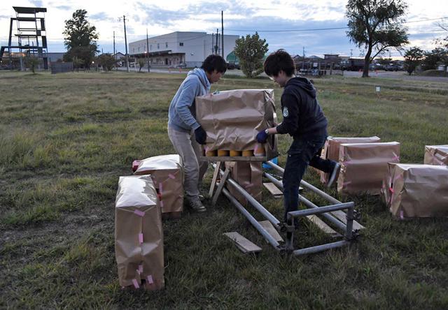 画像2: 花火の設置作業