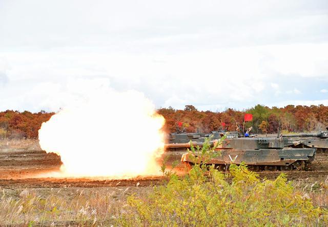 画像: 90式戦車 行進射撃