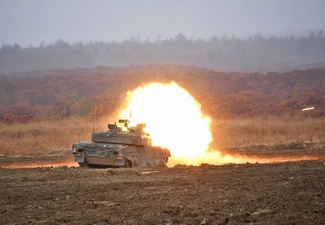画像: 10式戦車 躍進射撃