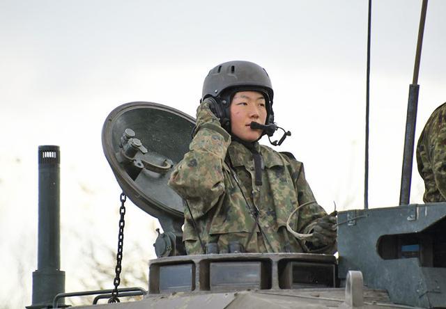 画像: 指揮を執る女性小隊長