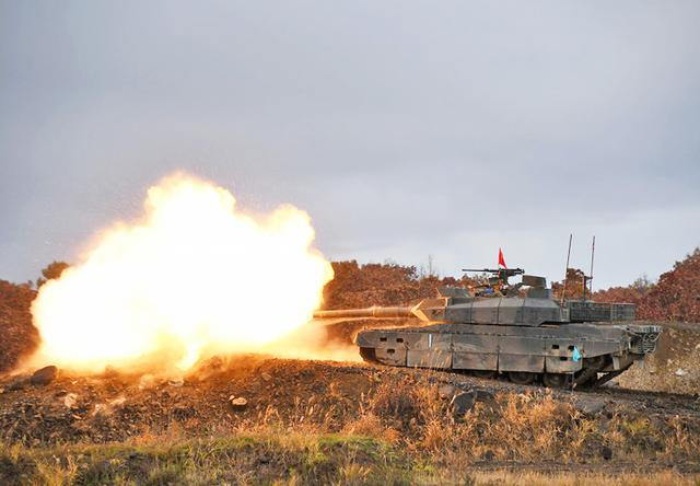 画像: 10式戦車 稜線射撃