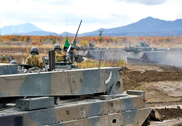 画像: 射撃部隊を見守る支援部隊