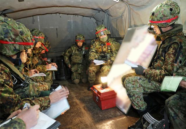画像: 攻撃に向けて作戦を説明する第2中隊長(写真中央)