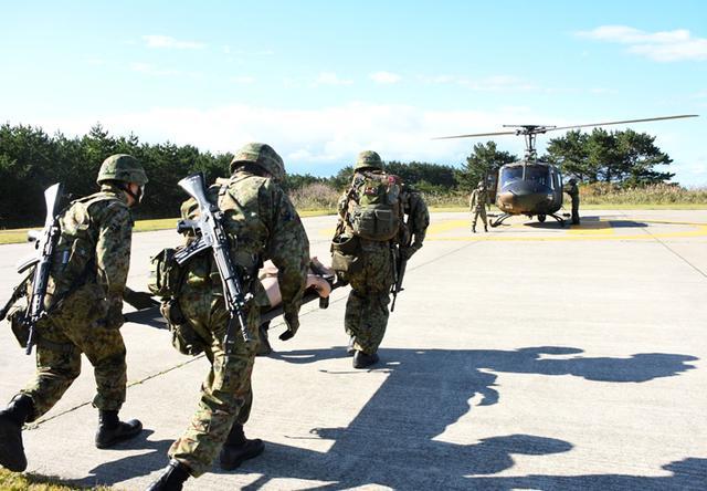 画像: UH-1ヘリコプター実機に負傷者を搬送