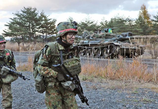 画像: 戦車と共に前進