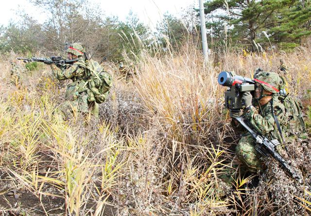 画像: 誘導弾を構え、狙いをつける