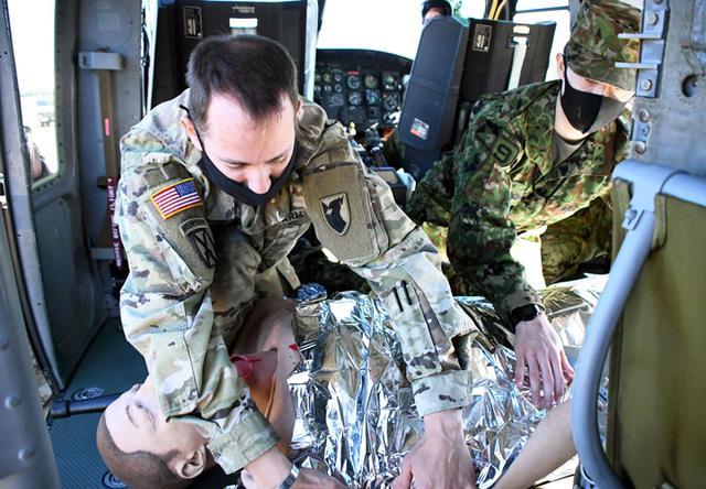 画像: 米軍衛生兵による後送救護(人体外傷シミュレーター「トムマン」を使用)