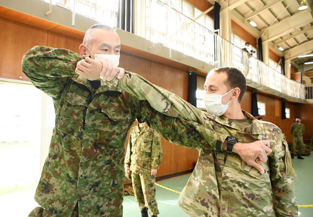 画像: 日米合同で逮捕術を学ぶ