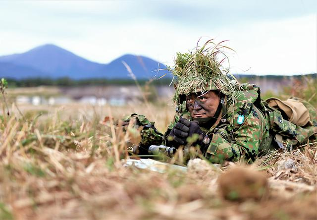 画像: 敵情を監視する迫撃砲小隊長