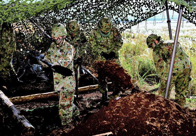 画像: 連隊指揮所簡易掩蓋掩壕の構築 情報小隊