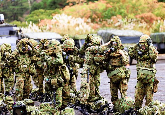 画像: 隊容検査 防護マスク装面動作の確認