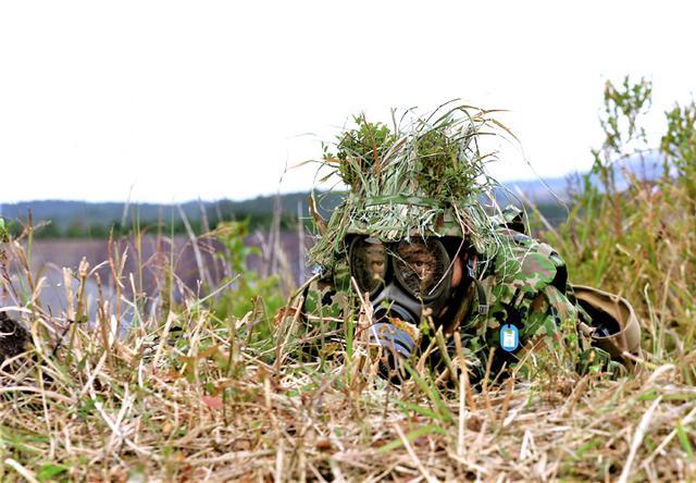 画像: 化学攻撃に備える迫撃砲小隊長