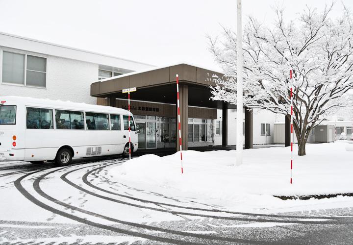画像: 療育園「病院に到着した派遣隊員を乗せたバス」