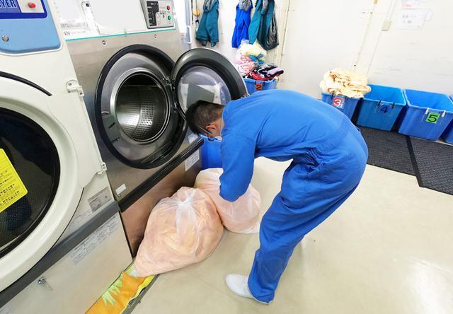 画像: 療育園「シーツ等を洗濯する派遣隊員」