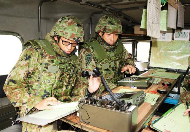 画像: 射撃諸元を算定する射撃指揮班(81㎜迫撃砲)