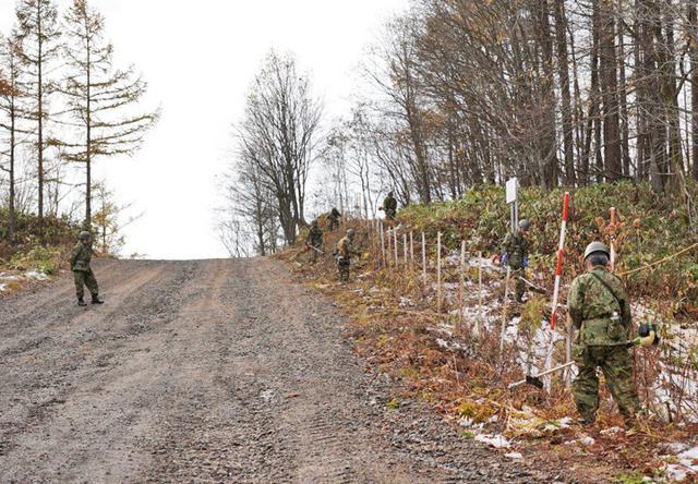 画像: 演習場境界線周辺の除草