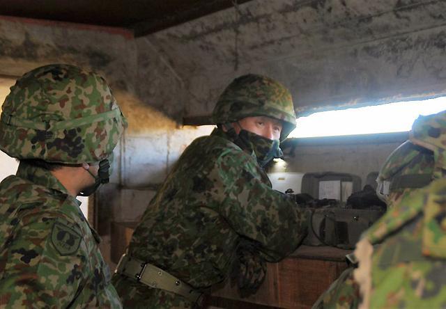 画像: 視察される東北方面総監部幕僚長