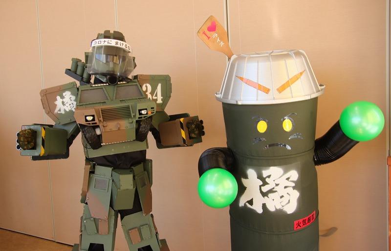 画像: 板妻駐のキャラクター「イタヅマン」(左)とポーズをとる「兵タンくん」その3