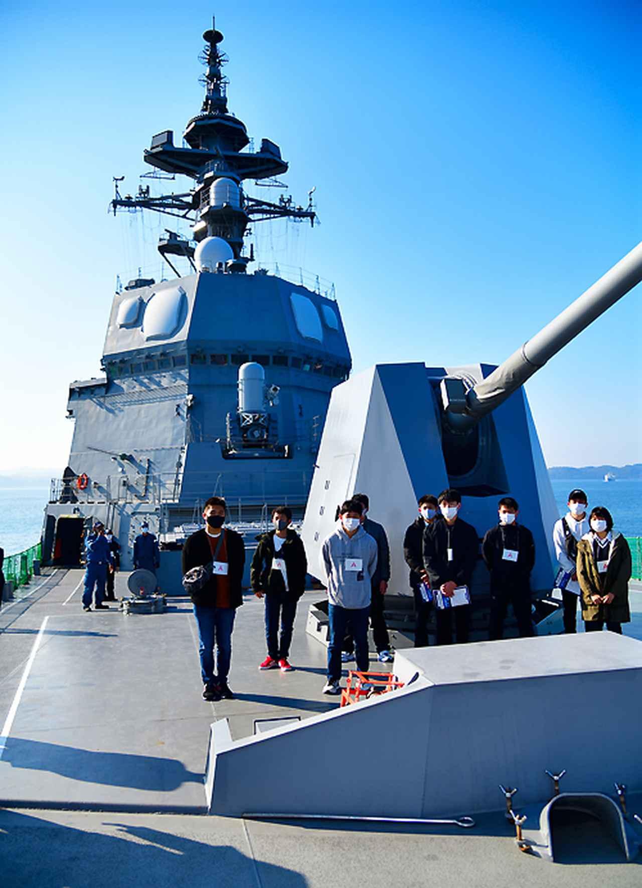 画像: すずつきの62口径5インチ砲と参加者