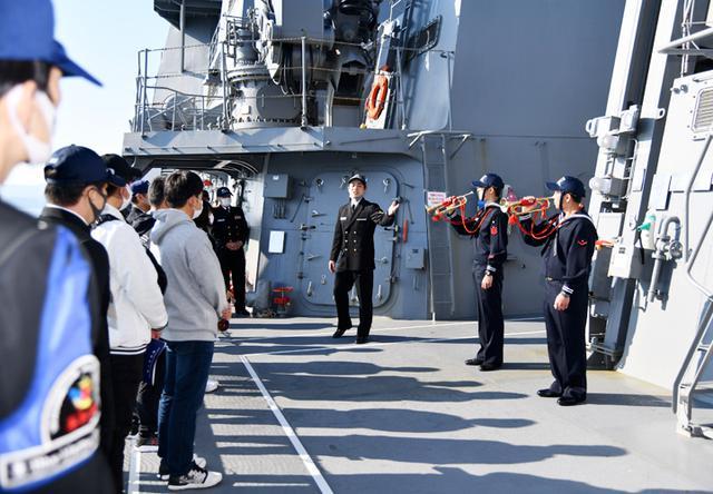画像: 乗員のラッパ吹奏を見学する参加者