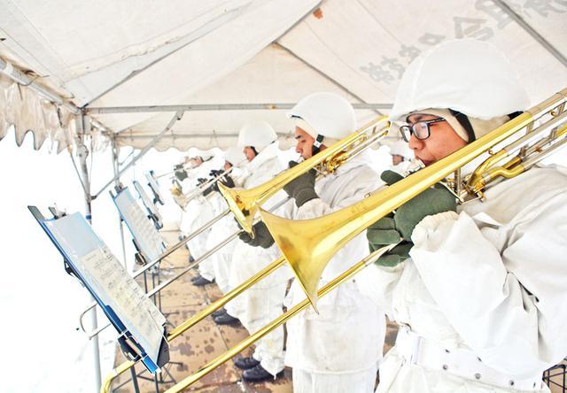画像: 演奏する駐屯地音楽同好会