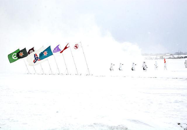 画像: 風雪の中、入場する観閲部隊