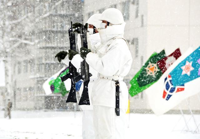 画像: 捧げ銃をする隊員