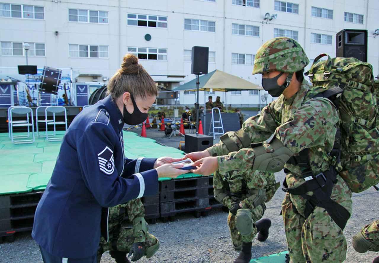 画像: 米空軍女性歌手へのサプライズ