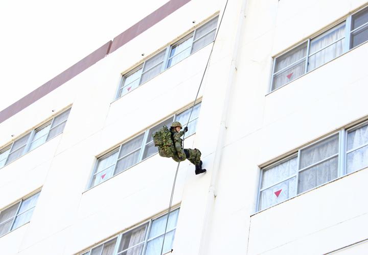 画像: 女性自衛官による懸垂降下
